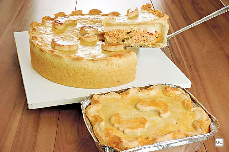 Na imagem há duas tortas de frango, uma sobre um prato e outra em uma marmita, uma das dicas de como vender tortas congeladas