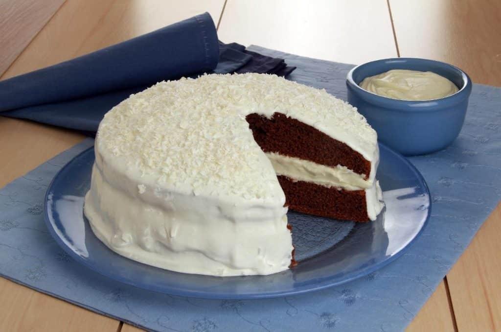 Bolo com mousse de chocolate branco e licor