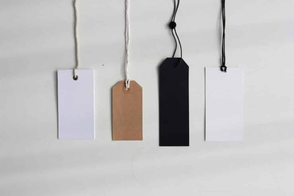 Como Ganhar Dinheiro no Natal - Foto still de tags de preço variadas