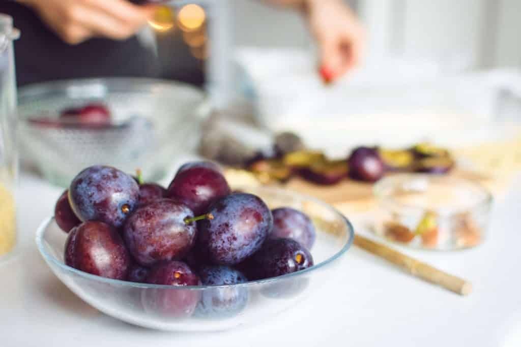 Frutas de Natal - Imagem de Ameixas em um prato de vidro