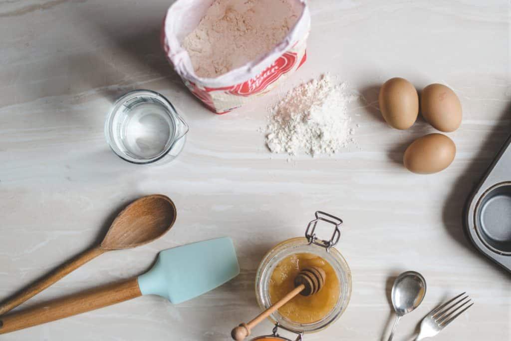 Como Ganhar Dinheiro no Natal - Ingredientes para bolo sobre um mesa