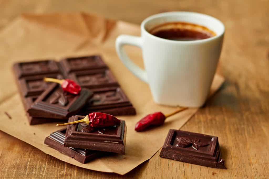 Alimentos que ajudam e atrapalham o sono: café, chocolate e pimenta