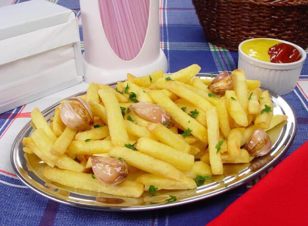 Batata frita à provençal petiscos de bar