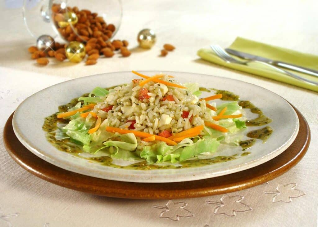 Salada de arroz com pesto de amêndoas e manjericão