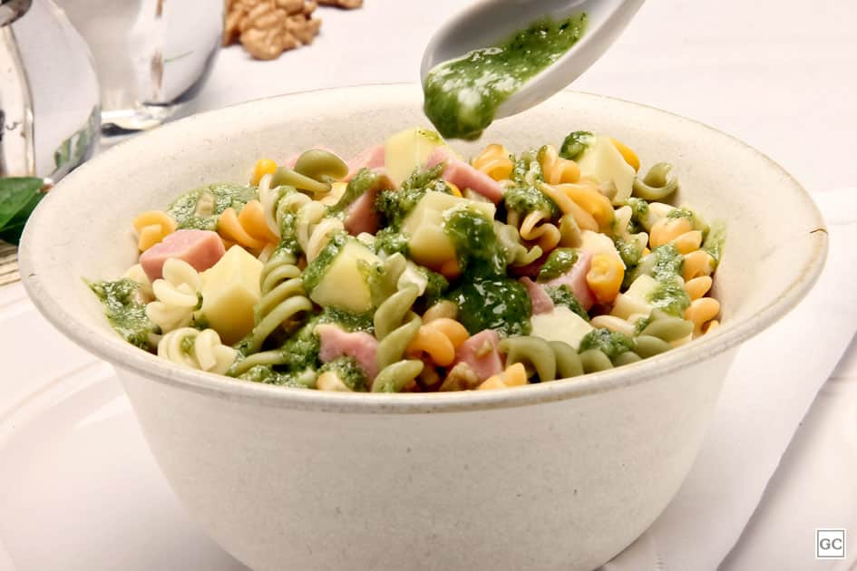 Salada de macarrão ao molho pesto