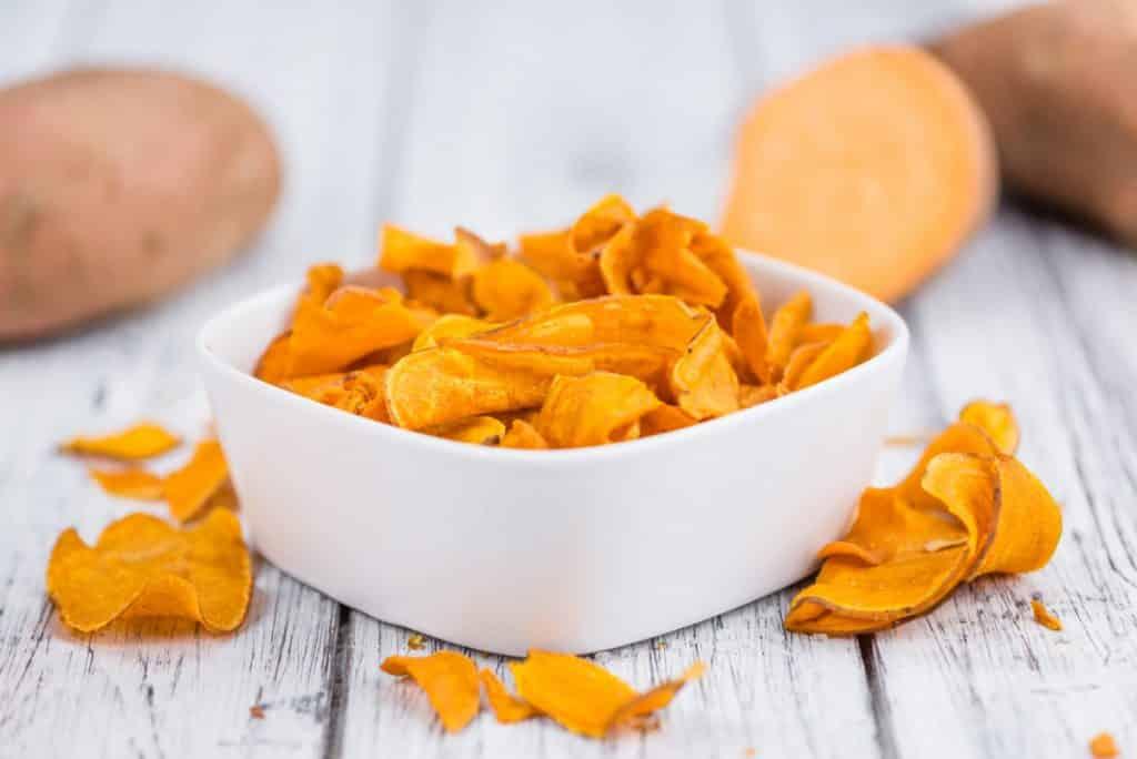 Lanches para levar na bolsa: chips de batata-doce
