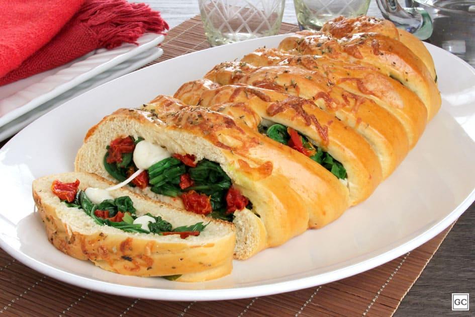 Receitas de pão trançado com tomate seco e rúcula